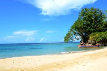 Verlassener Sandstrand auf jamaika