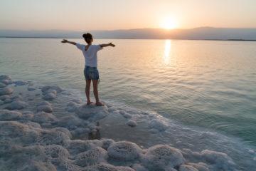 Frau am Ufer des Toten Meer