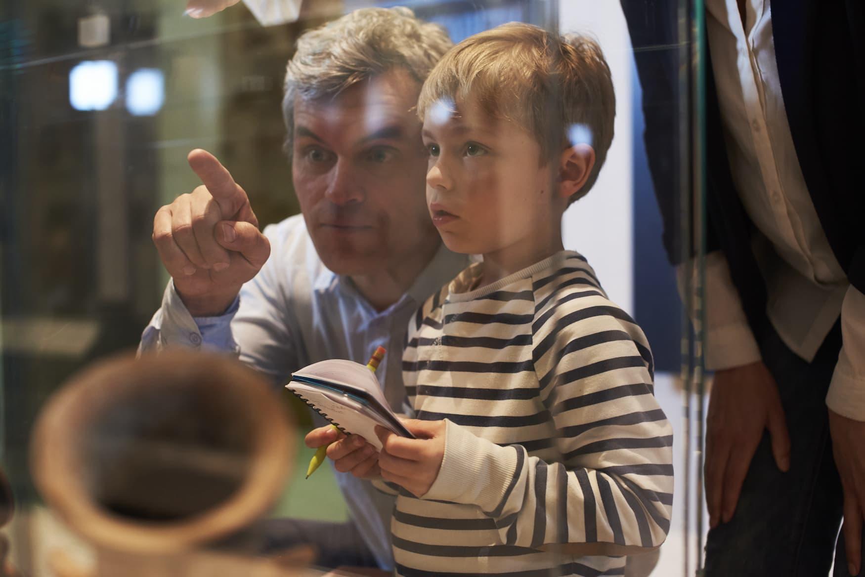 Vater und Sohn bei einem Museumsbesuch