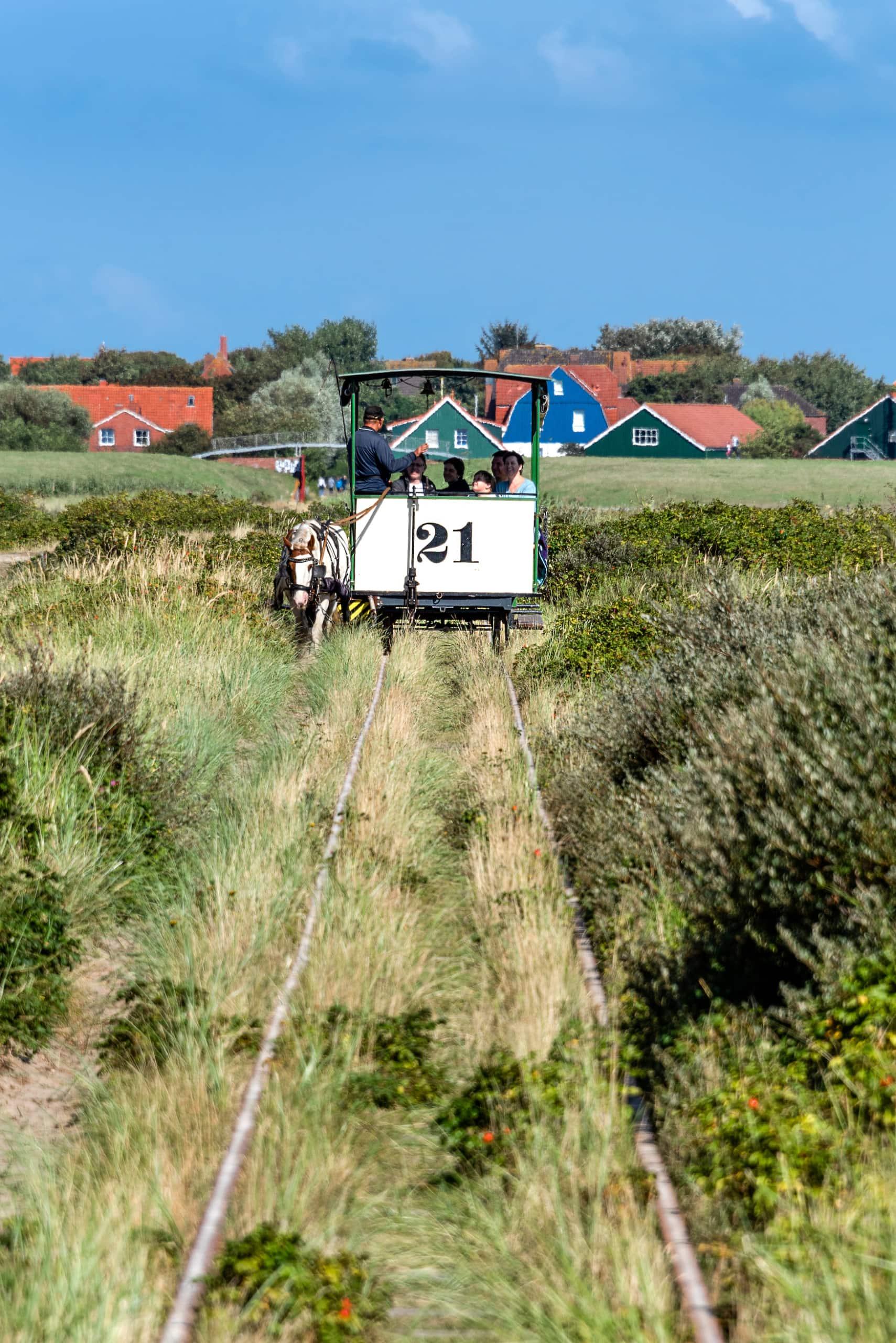 Traditionelle Pferdebahn auf Insel in der deutschen Nordsee