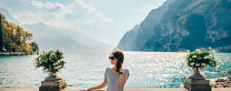 Junge Dame am Gardasee