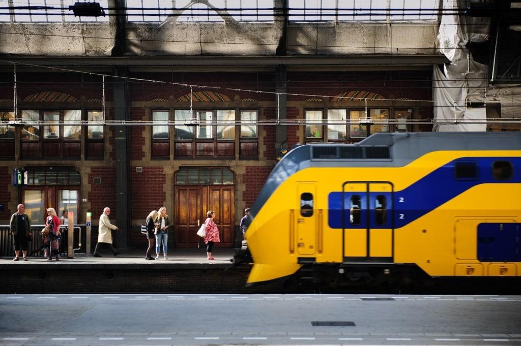 Mit dem Holland Travel Ticket kommt ihr unkompliziert durch die ganzen Niederlanden mit dem Zug.