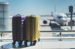 Zwei kleine Koffer an Flughafen