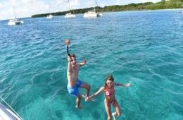 Paar springt rücklings ins Wasser