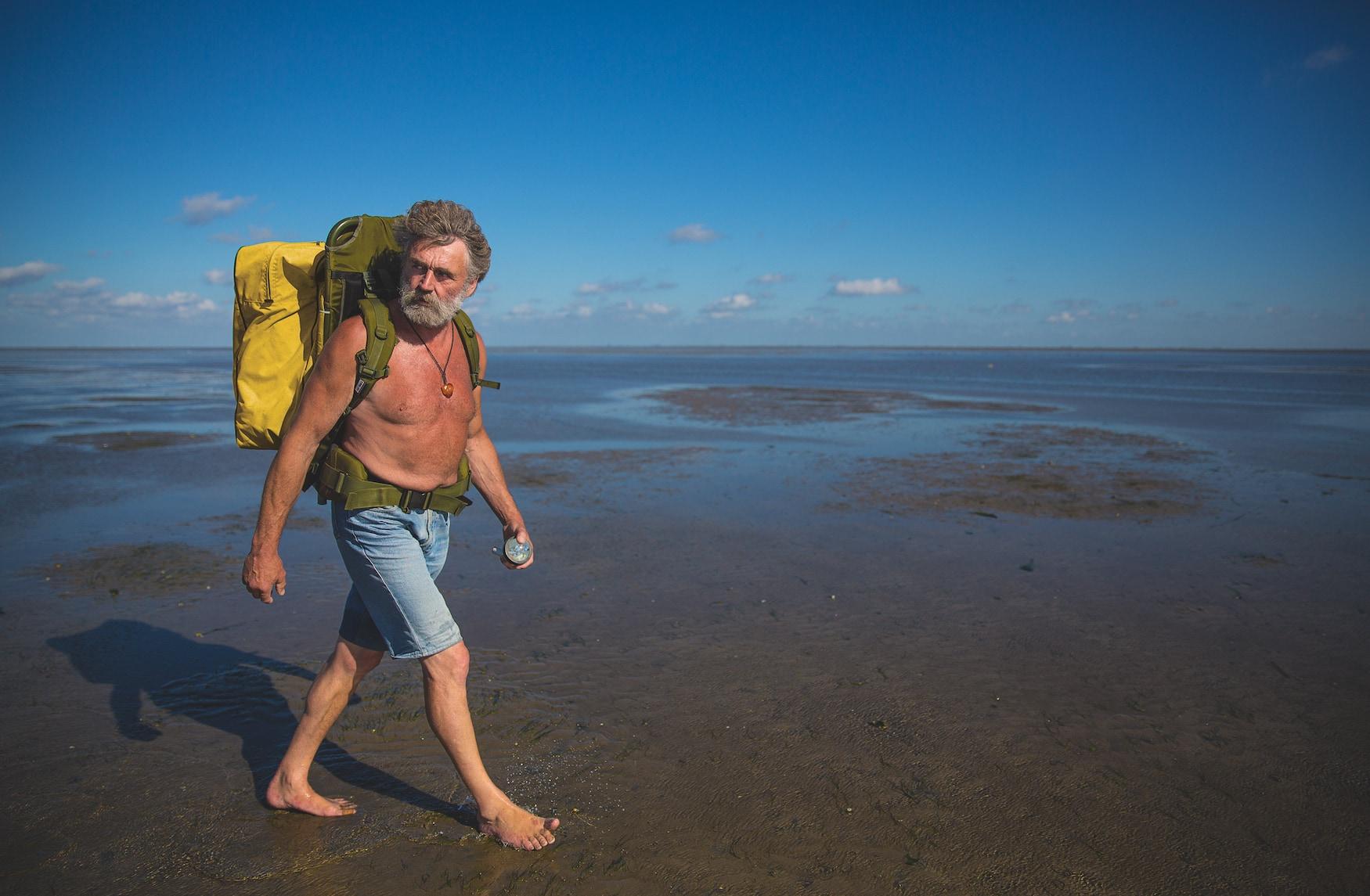 Watt-Postbote Knud Knudsen spaziert oberkörperfrei durchs Watt