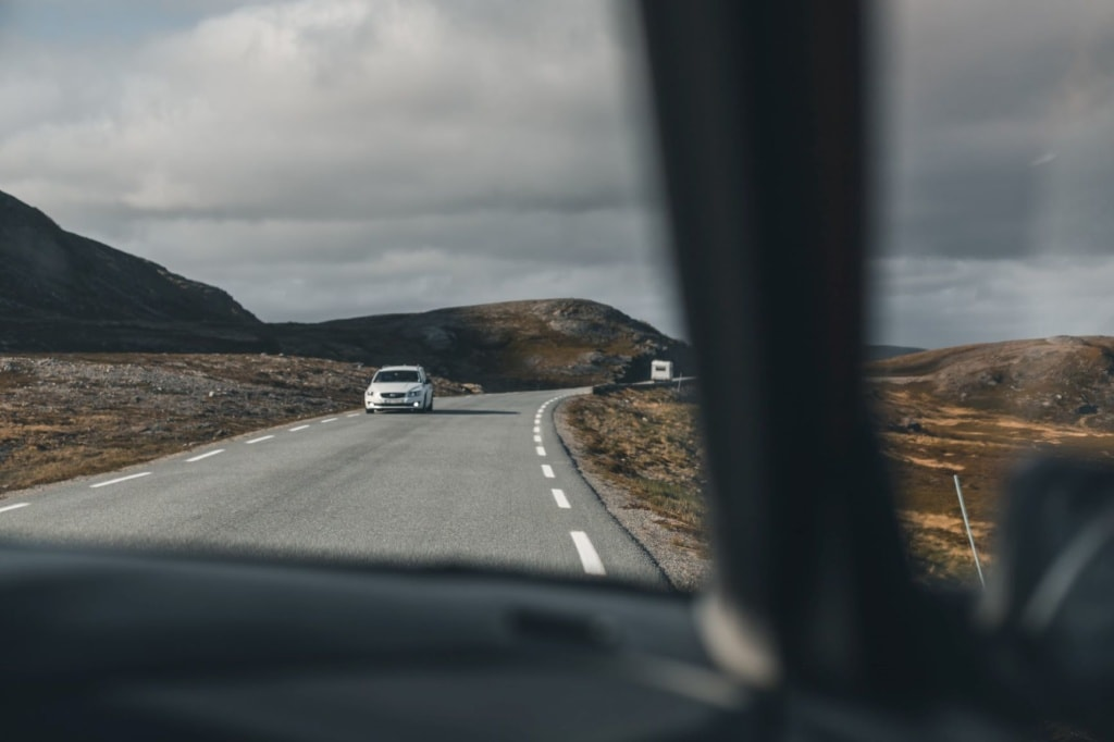 Blick aus dem Auto auf eine Landstraße in Norwegen