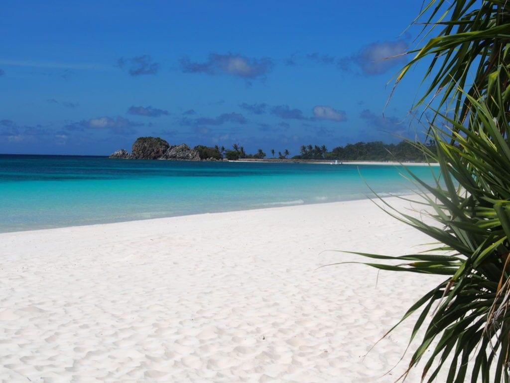 Allein am Strand Ruhe und Luxus genießen