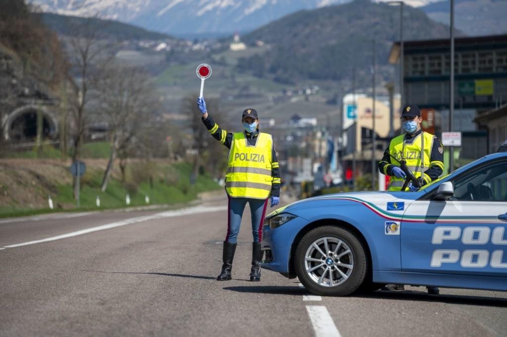 Polizei-Verkehrskontrolle auf einer Straße in Italien