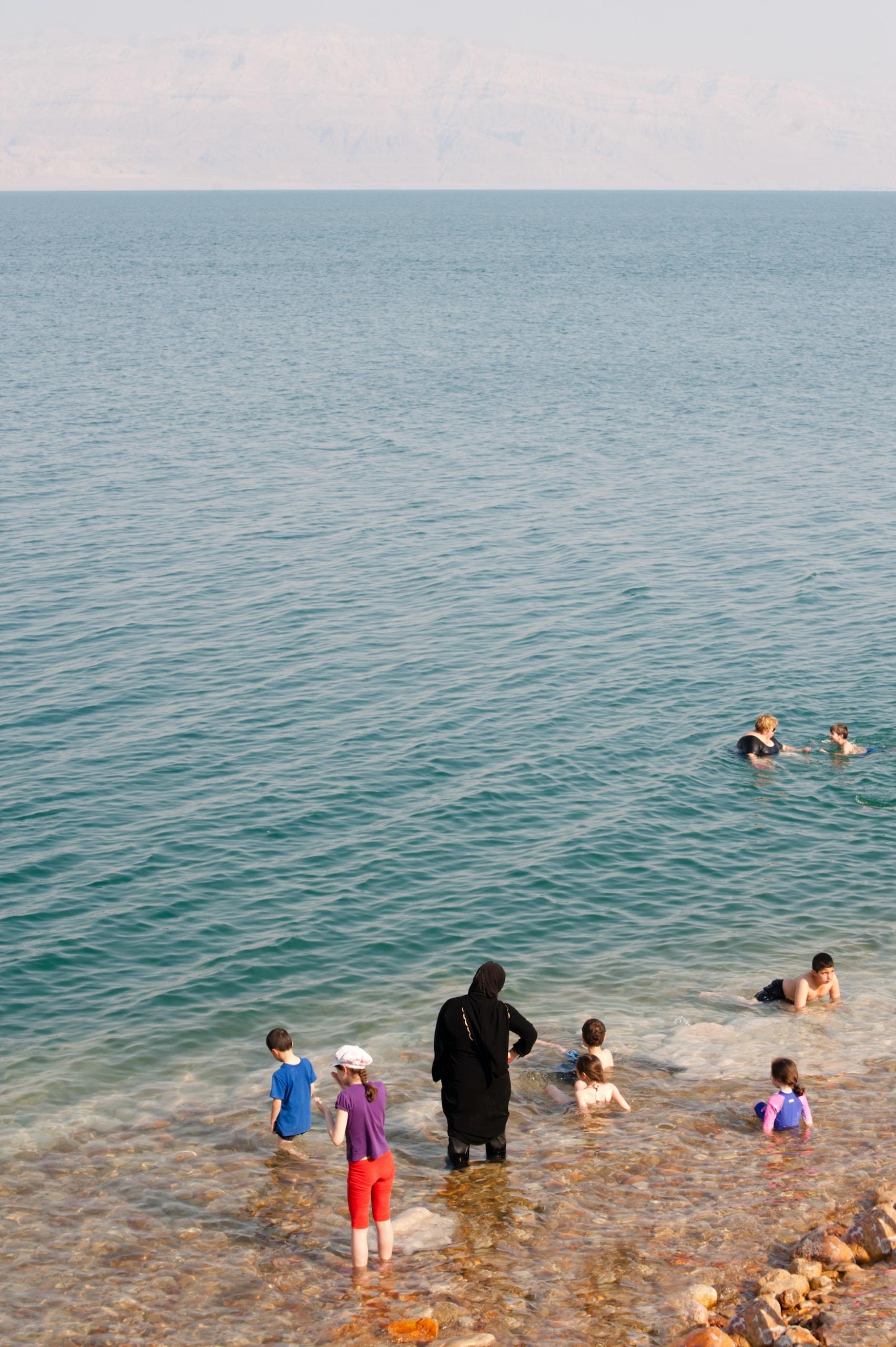 Kinder schwimmen im Toten Meer
