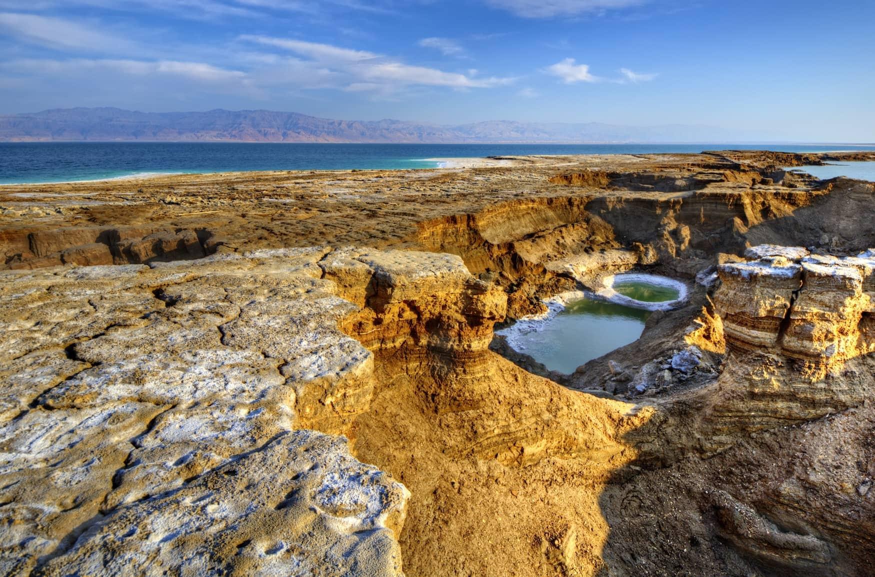 Senklöcher beim toten Meer in jordanien