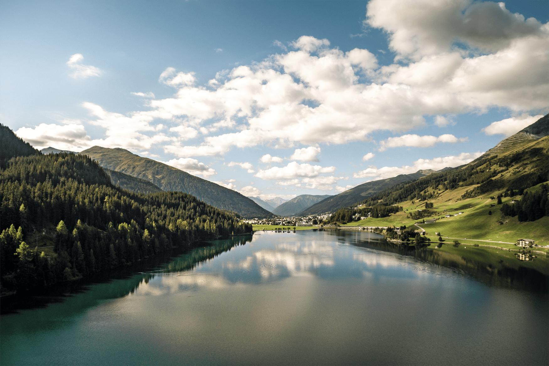 Beruhigender Blick auf den Davoser See, einen der schönsten Seen in Graubünden