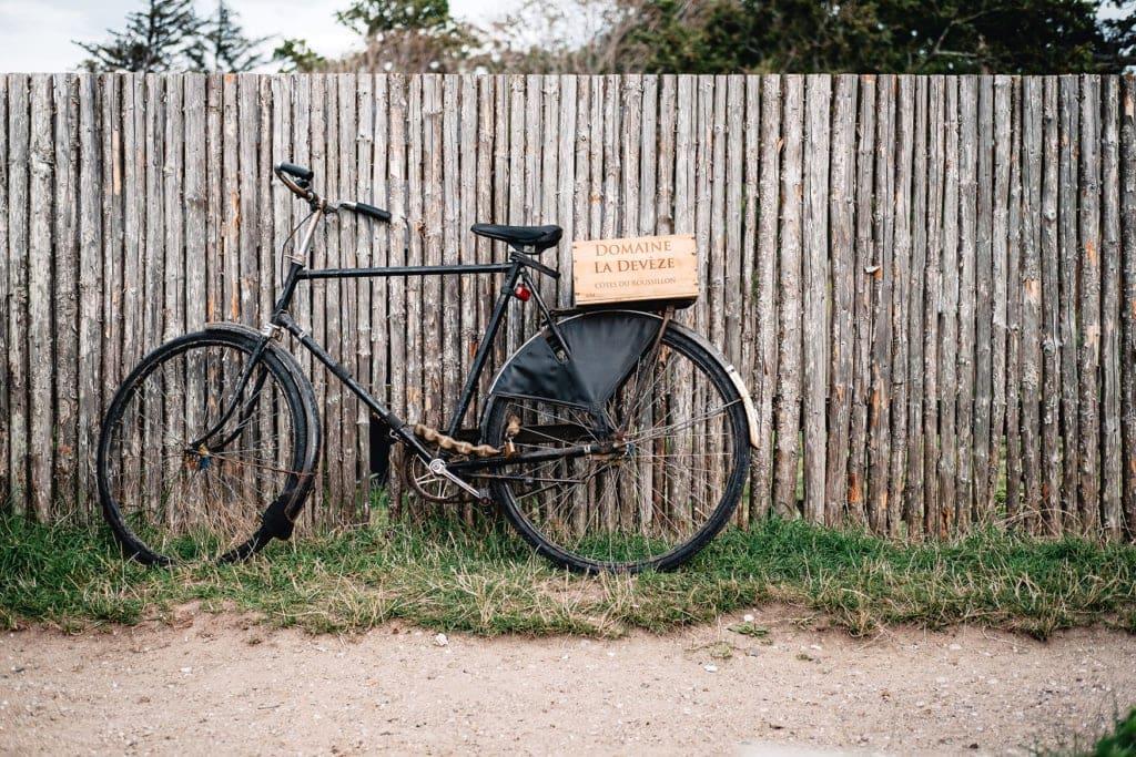 Fahrrad steht angelehnt an der dänischen Riviera an einem Zaun