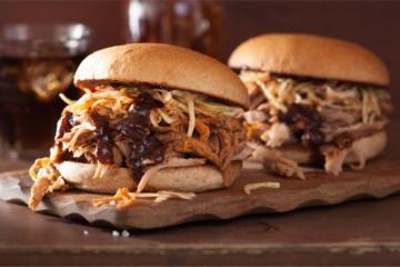 Texas Style BBQ, Pulled Pork Sandwiche mit Krautsalat und Essiggurken