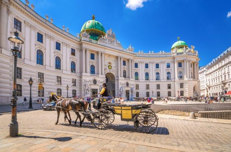 Fiaker vor der Hofburg in Wien