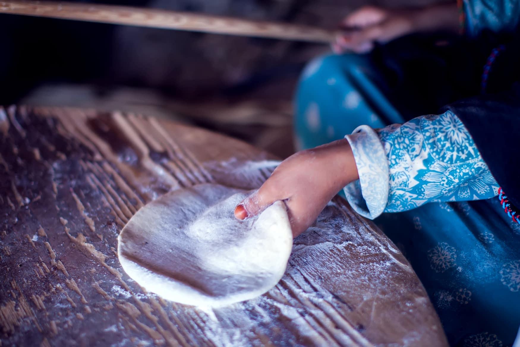 Frau der Ababda-Beduinen macht ägyptisches Gabori-Brot