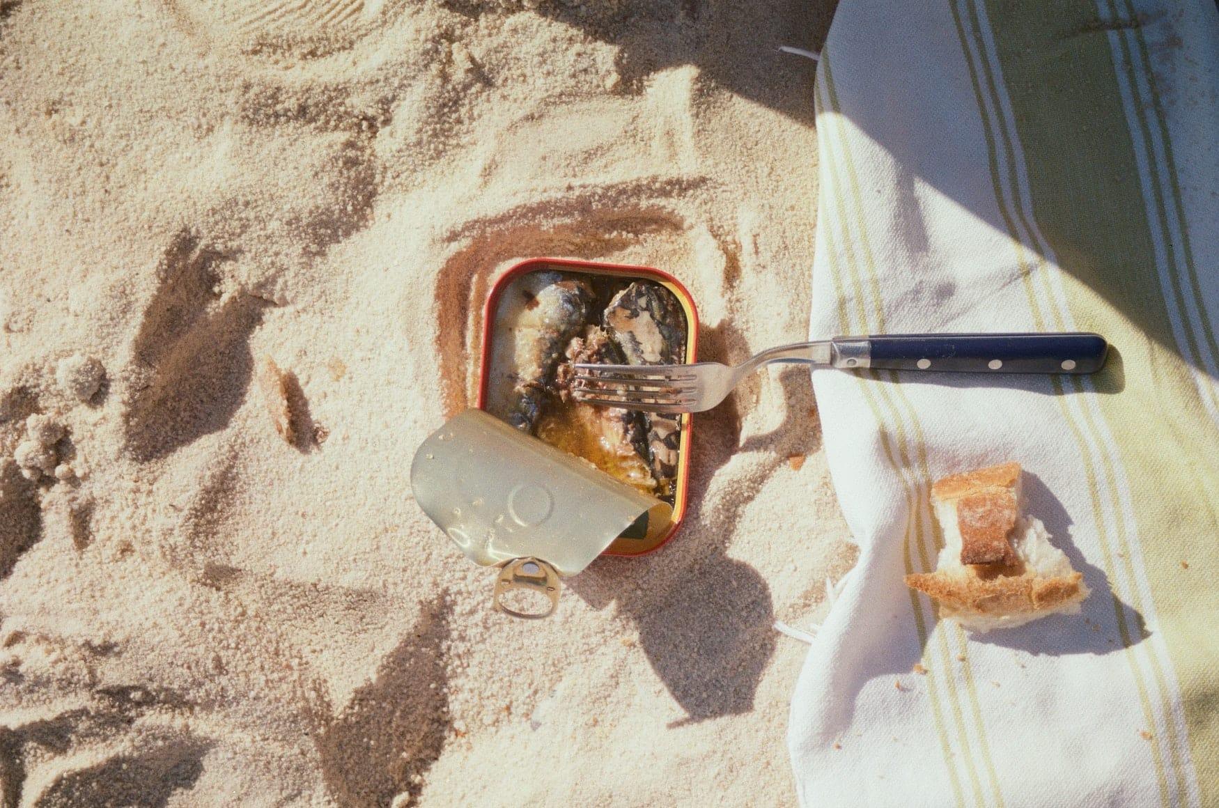 Offene Sardinenbüchse an Strand