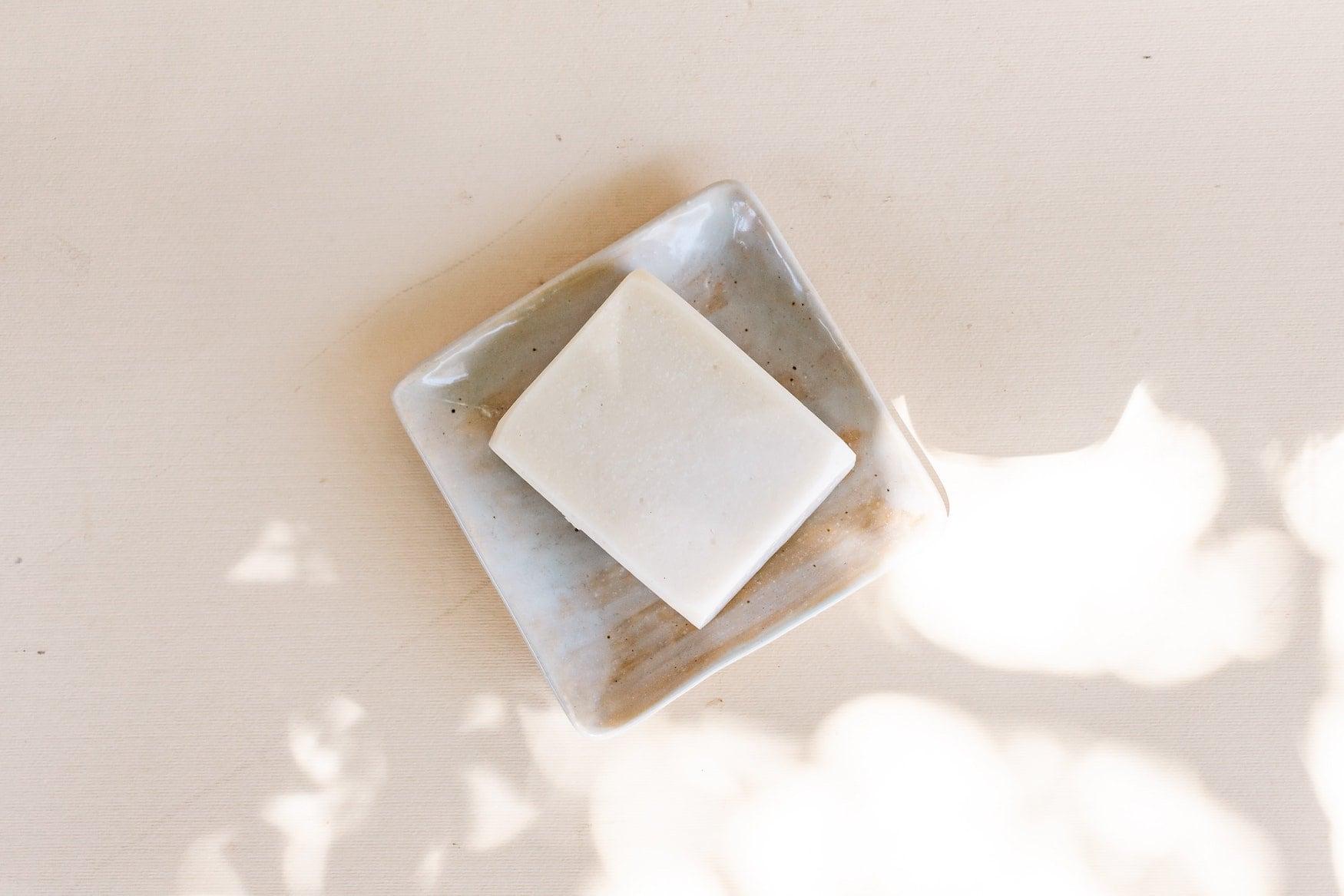Helles Stück Seife auf Seifenschale