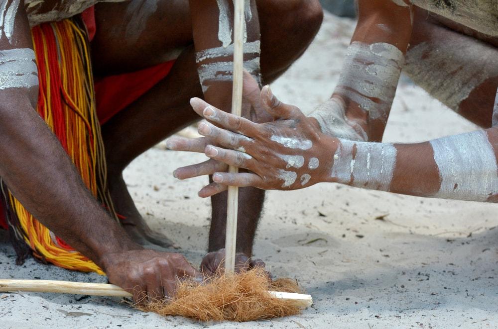 Aboriginies zünden Feuer an