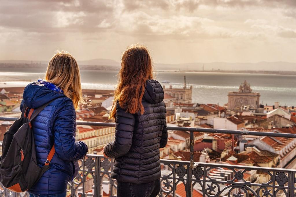 Aussicht von der Aussichtsplattform Santa Justa auf der zwei Mädchen stehen