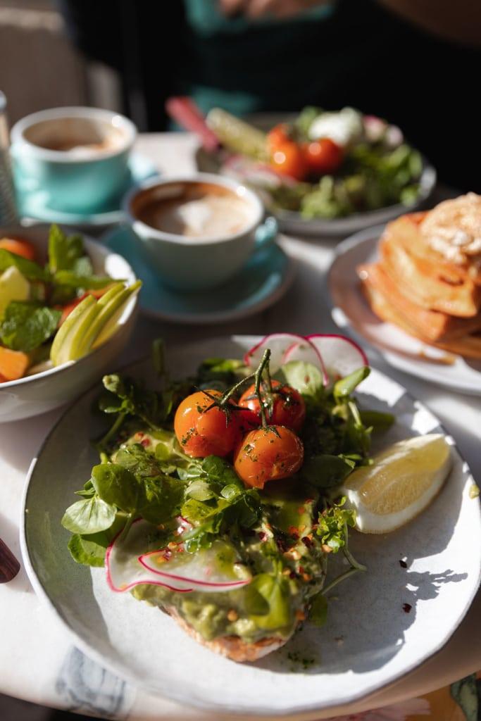 Teller mit Essen vor einem Kaffee in Lissabon