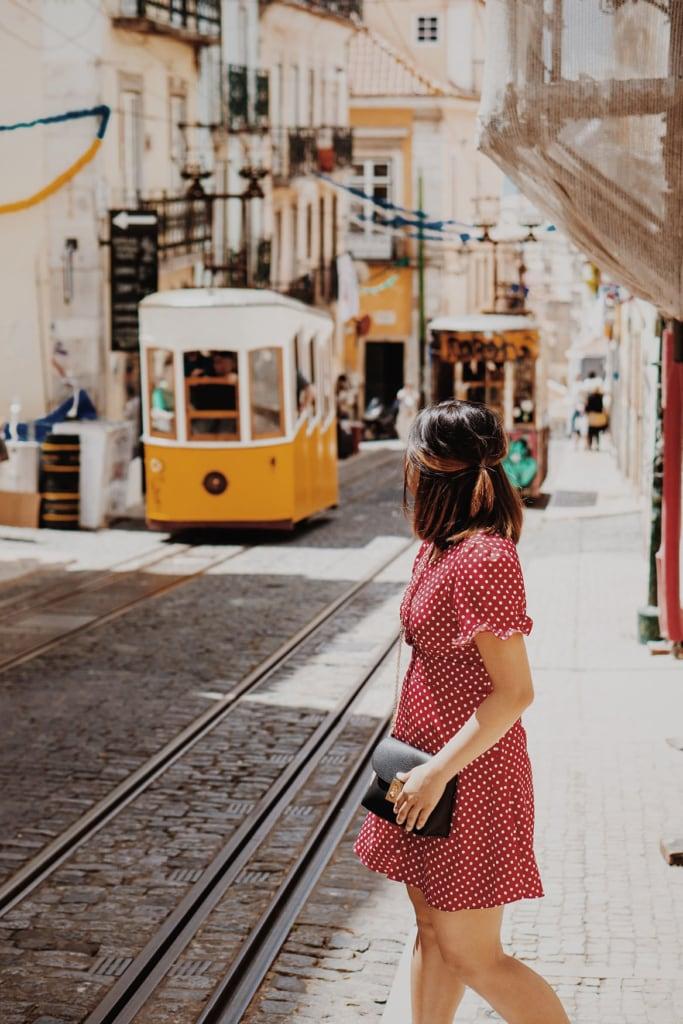 Frau wartet auf Tram 28 in Lissabon
