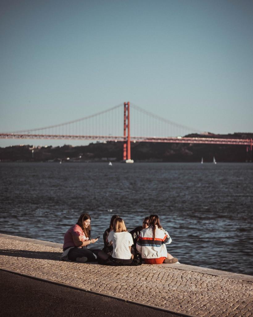 Jugend sitzt am Ufer des Tejo