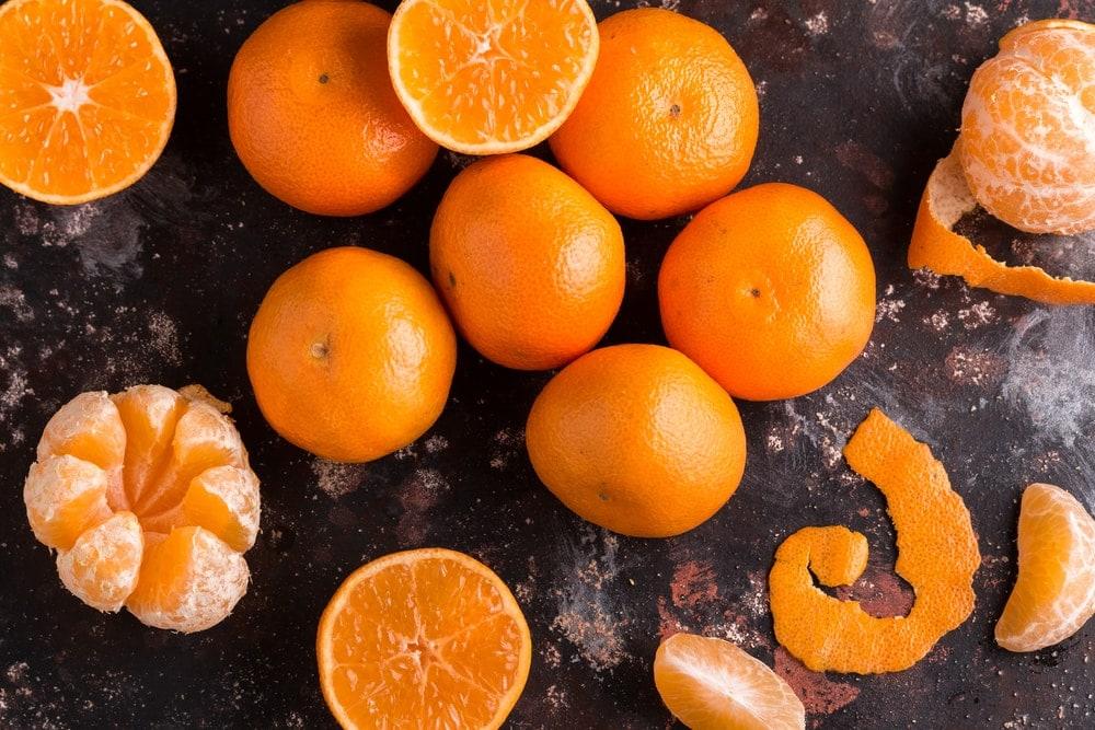 Mandarinen auf schwarzem Untergrund