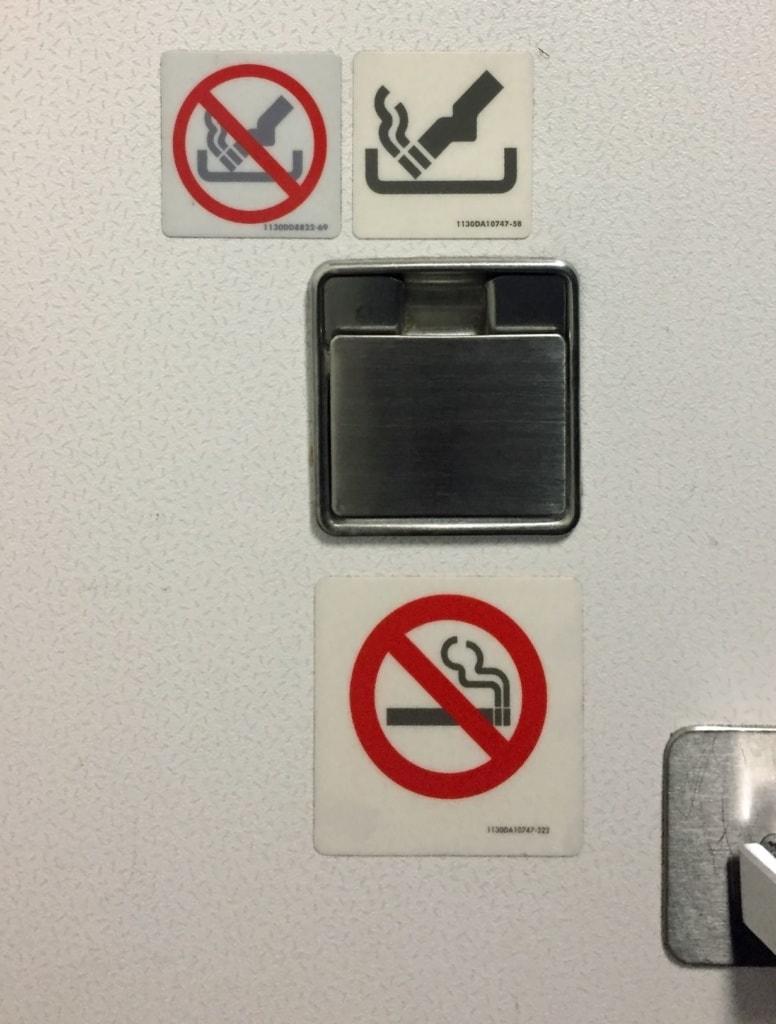 Zigaretten-Symbolzeichen auf Toilette im Flugzeug