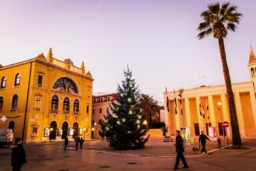 Weihnachtsbaum steht auf einem Platz in der kroatischen Stadt Split