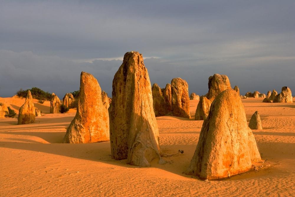 Bizarre Felsformationen in Wüstensand und Sonnenaufgang