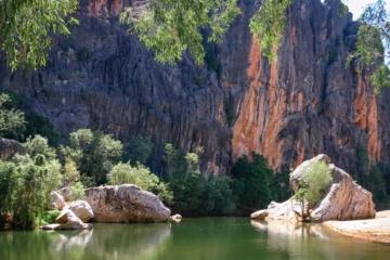 Grüne Schlucht mit Naturpool aus Felsen
