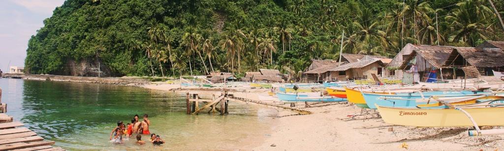 Auf Limasawa Island bei Leyte spielen Kinder auf den Philippinen im Wasser.