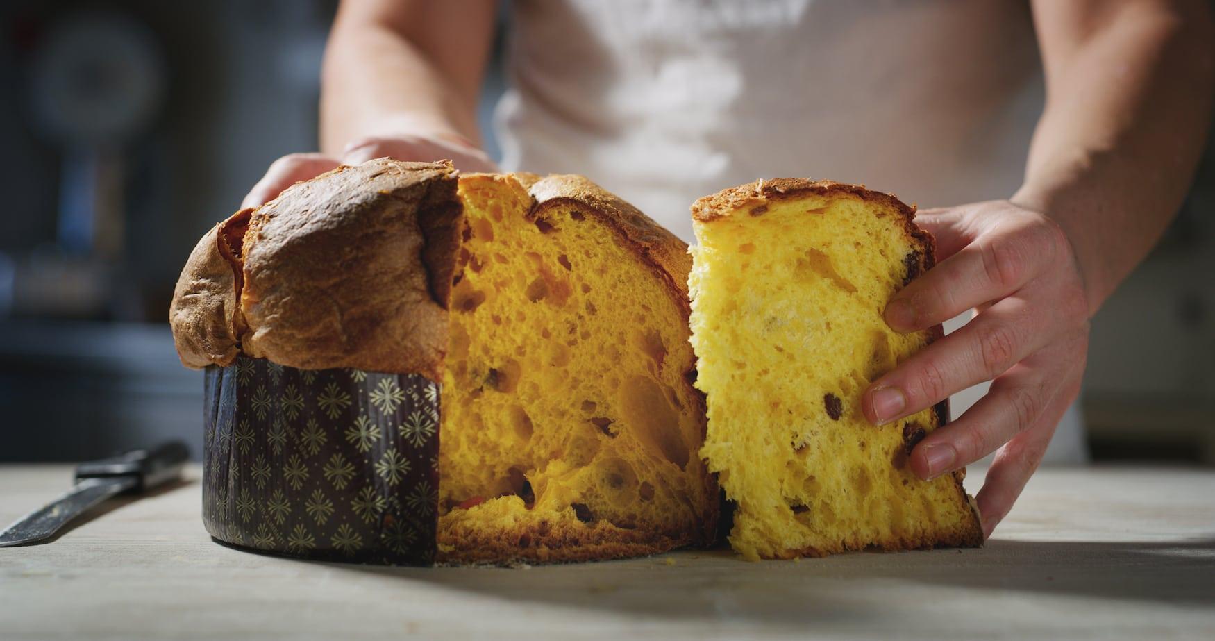 Bäcker schneidet italienische Panettone auf