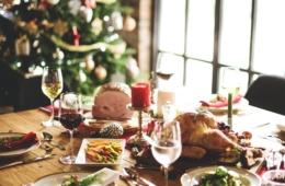 Weihnachtsessen auf gedecktem Tisch