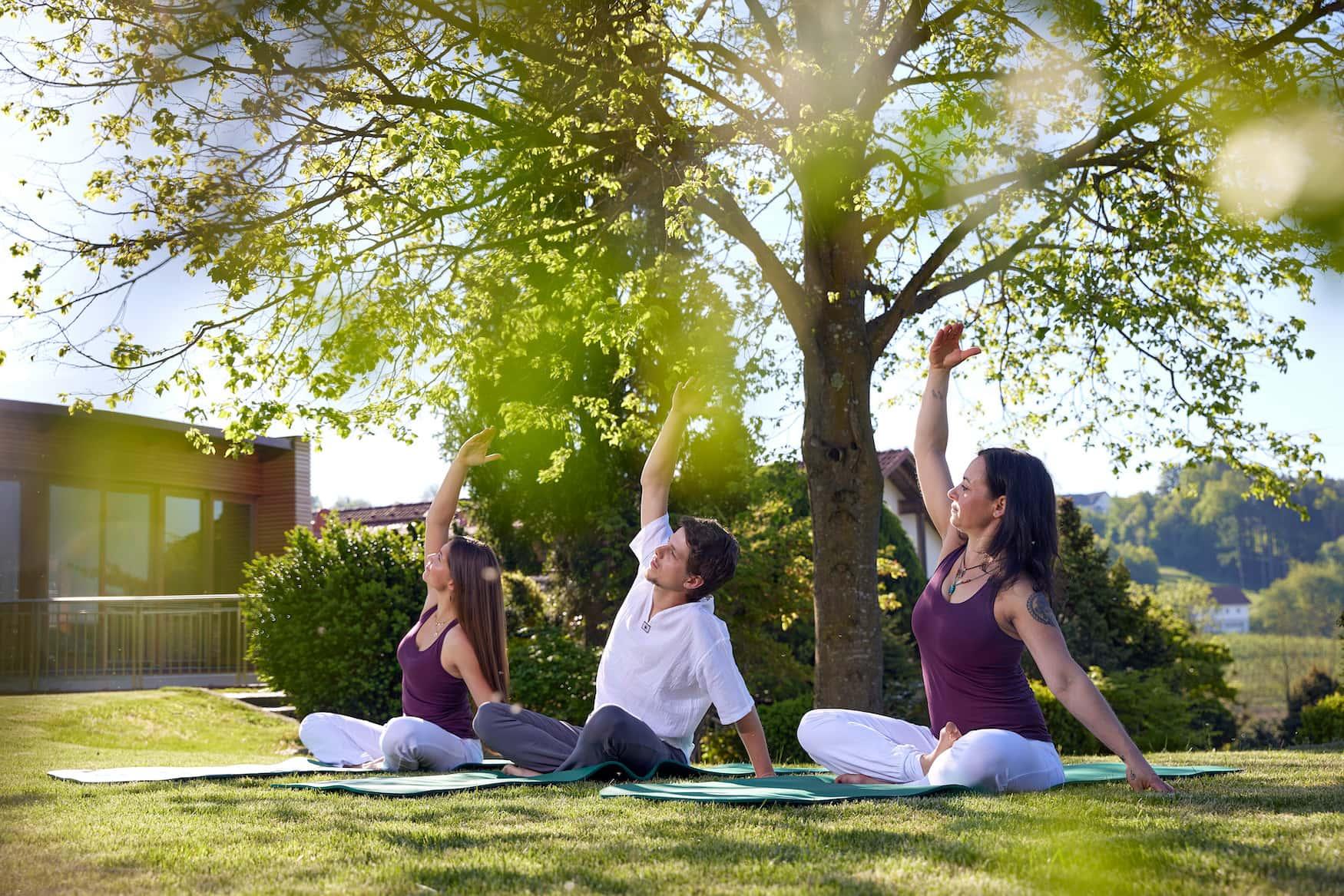 Menschen beim Morgen-Yoga im Ayurveda Resort Mandira