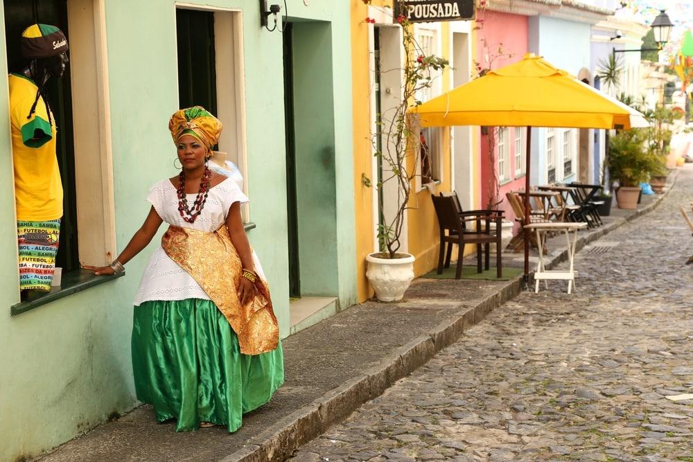 Frau in einer Gasse in Salvador da Bahia