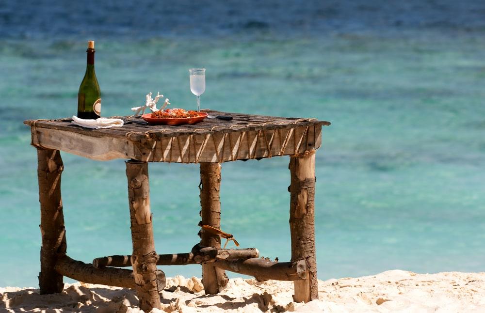 Holztisch am Meer
