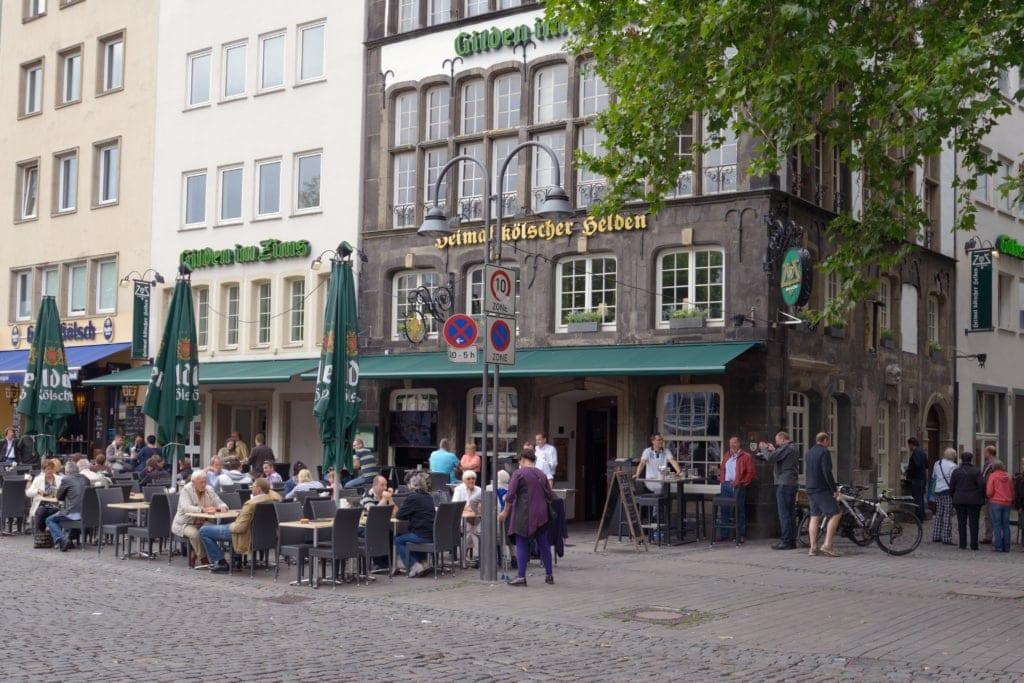 Terrasse eines Brauhauses in Köln auf dem Heumarkt