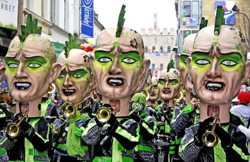 Teilnehmer mit Masken im Kölner Karnevalsumzug