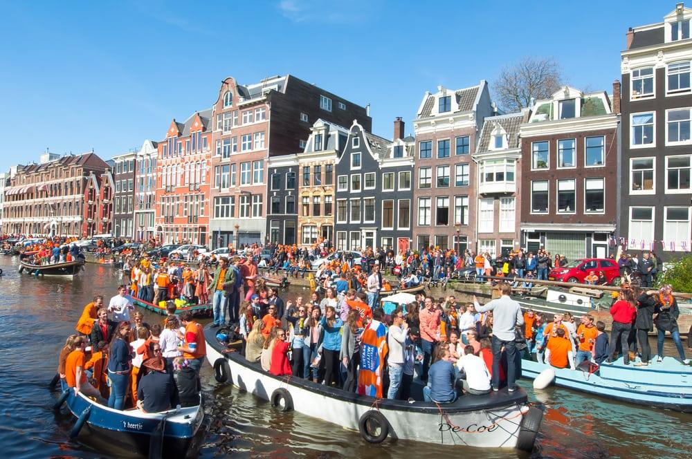 Feiernde am Königstag in Amsterdam