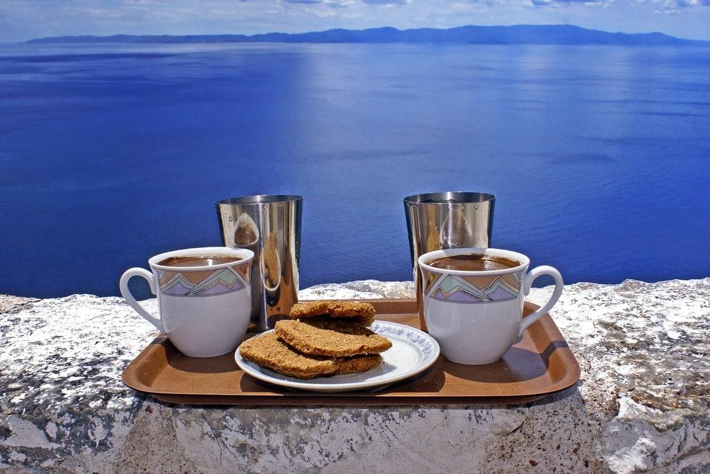 Kaffeetablett vor Meereskulisse