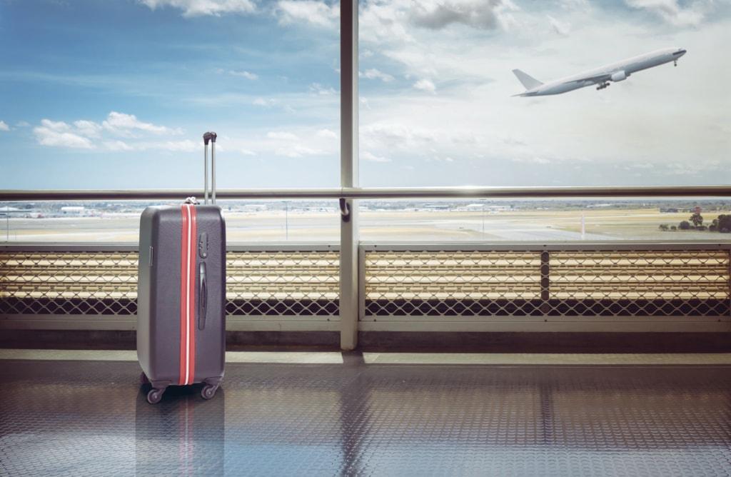 Koffer am Gate im Flughafen
