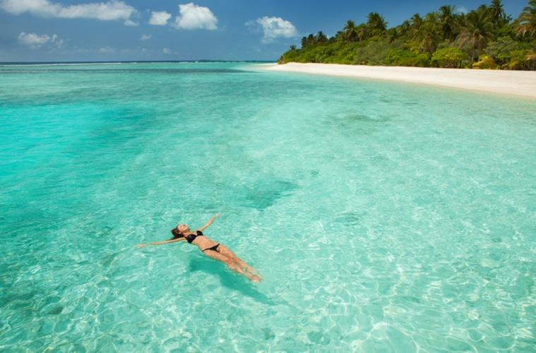 Frau im Wasser auf Malediven