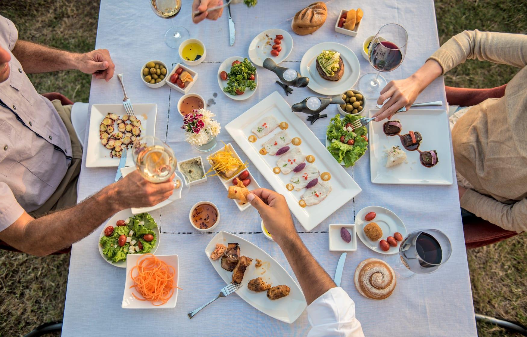 Serviertes Essen in der Pikaia Lodge in Ecuador im Restaurant Evolution