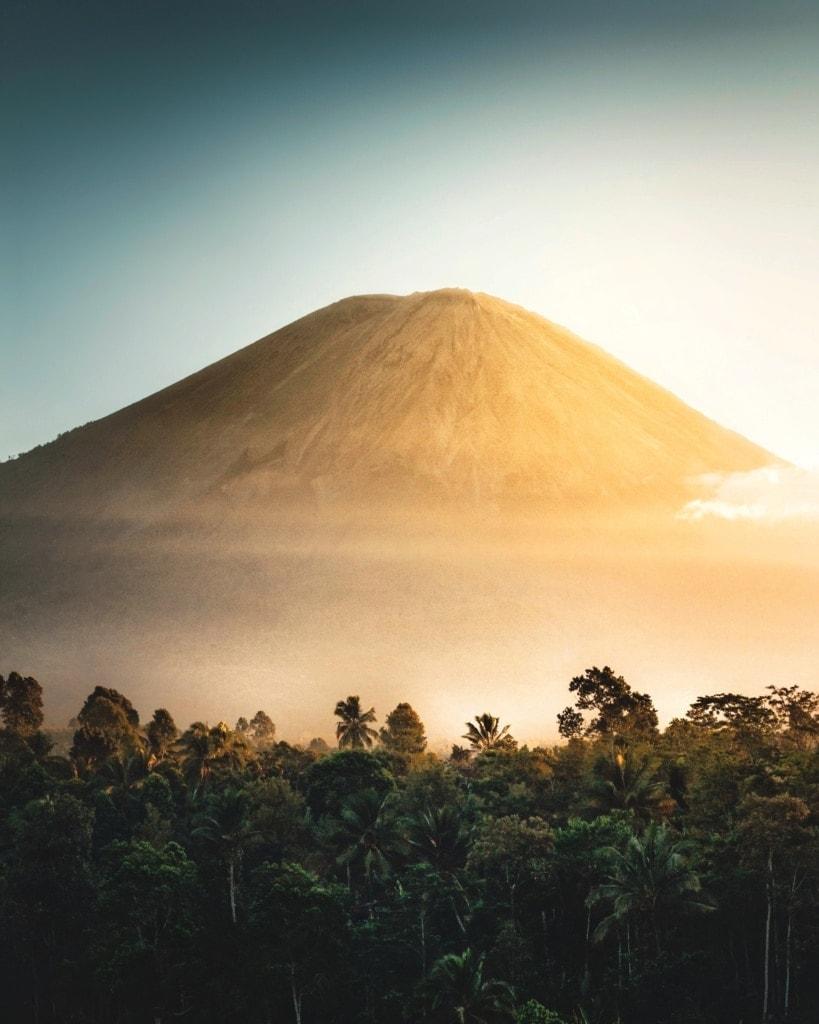 Wir zeigen Euch, was ihr bei einer Vulkanbesteigung beachten müsst.