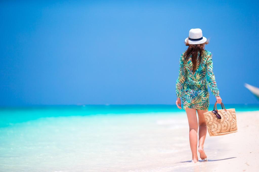 Frau am Strand auf den Malediven