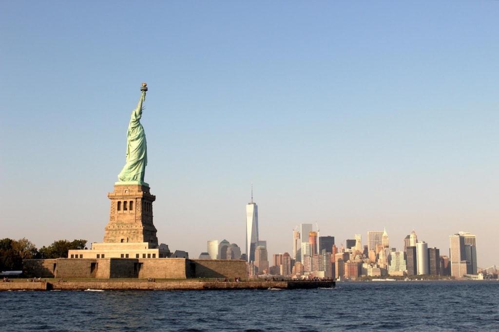 New Yorks Freiheitsstatue mit der Skyline im Hintergrund