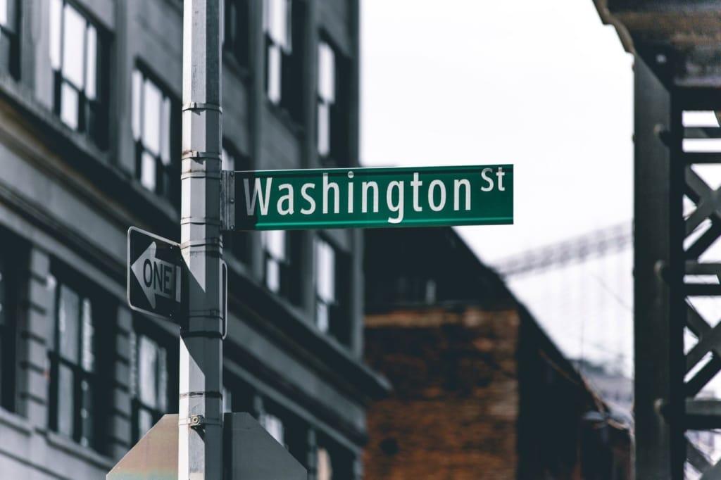 Straßenschild mit Aufschrift Washington St