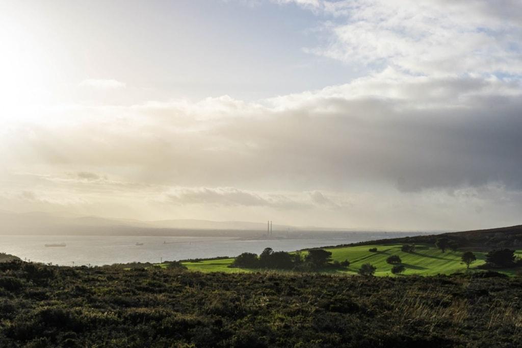 Blick von einem Hügel auf das Meer bei Howth in der Nähe von Dublin