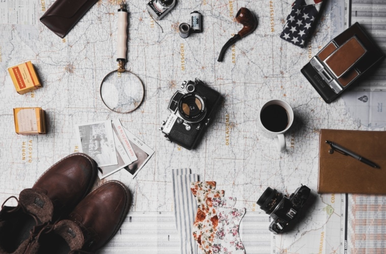 Urlaubsvorbereitungen: Landkarte, Wanderschuhe, Reise Accessoires